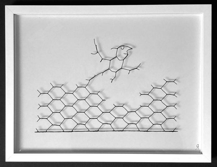 Witziges Bild aus Maschendraht von Gennadi Isaak zeigt Vogel, der sich aus dem Drahtgeflecht löst