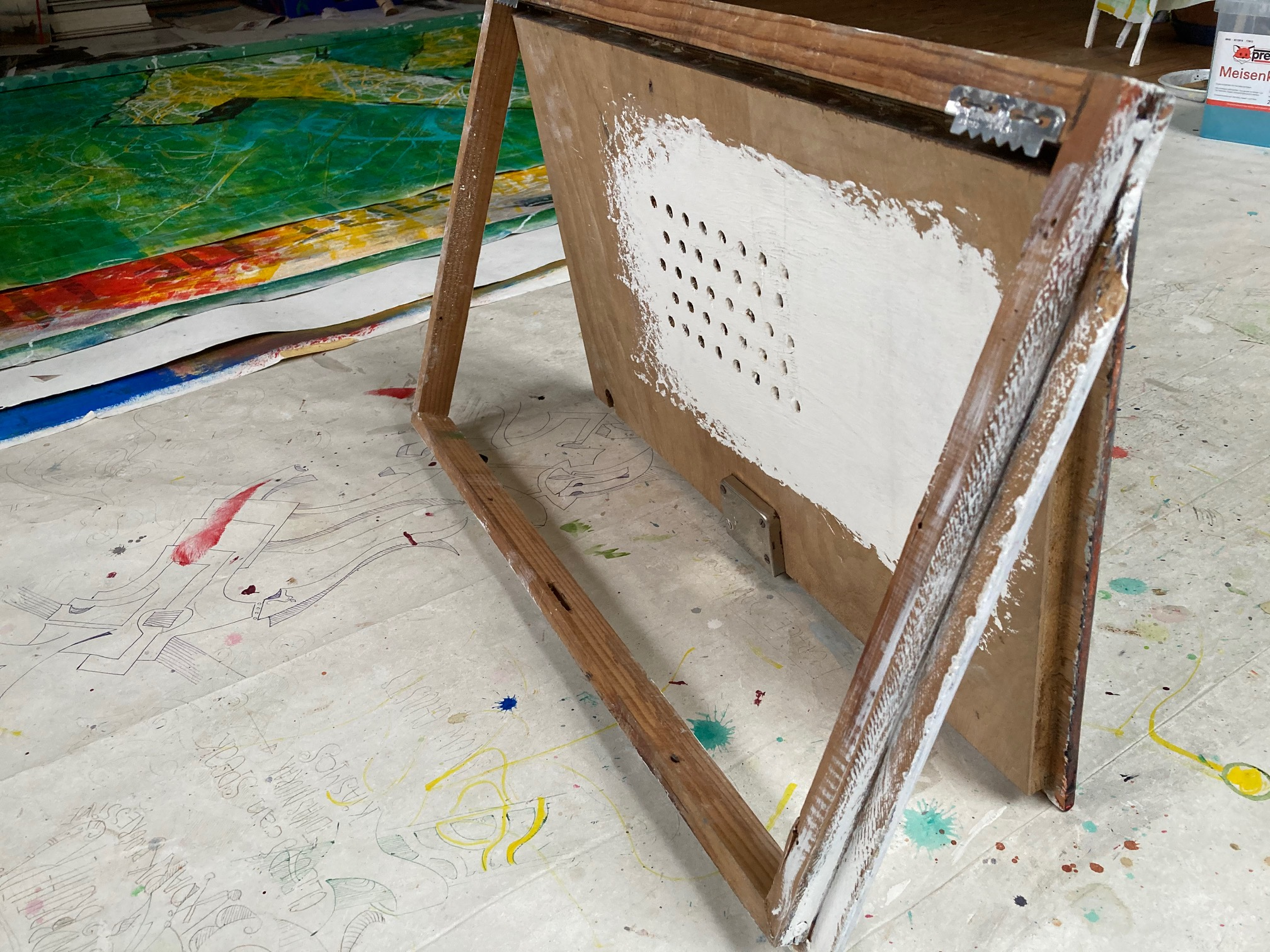 Das Bild Grischa wurde auf eine alte Stromkastentür gemalt und ist hier aufgestellt zu sehen